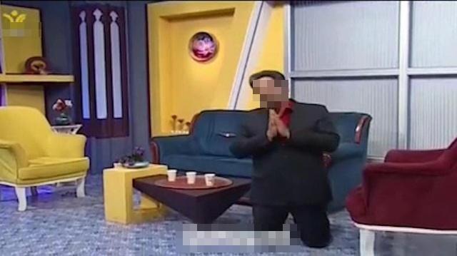 Đang dẫn bản tin về dịch bệnh Covid-19, nam MC bất ngờ quỳ gối cầu xin người dân-1