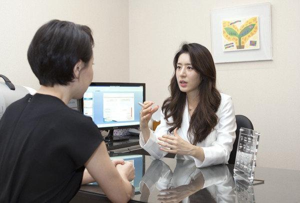 Vợ Joo Jin Mo xuất hiện sau scandal tìm gái mua vui của chồng-2