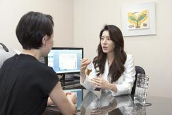 Vợ Joo Jin Mo xuất hiện sau scandal tìm gái mua vui của chồng