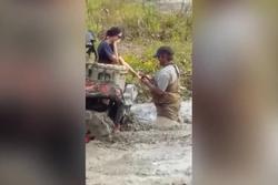 Chàng trai cầu hôn bạn gái giữa vũng bùn