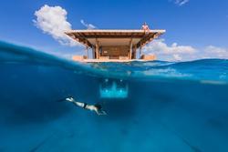 Phòng khách sạn nửa nổi nửa chìm lênh đênh trên biển