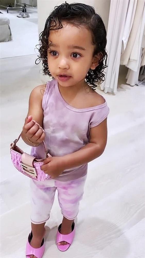 Cho con gái 2 tuổi xách túi Fendi, đi giày cao gót cực sành điệu, Kim Kardashian không ngớt lời khen con trông quá đáng yêu-1