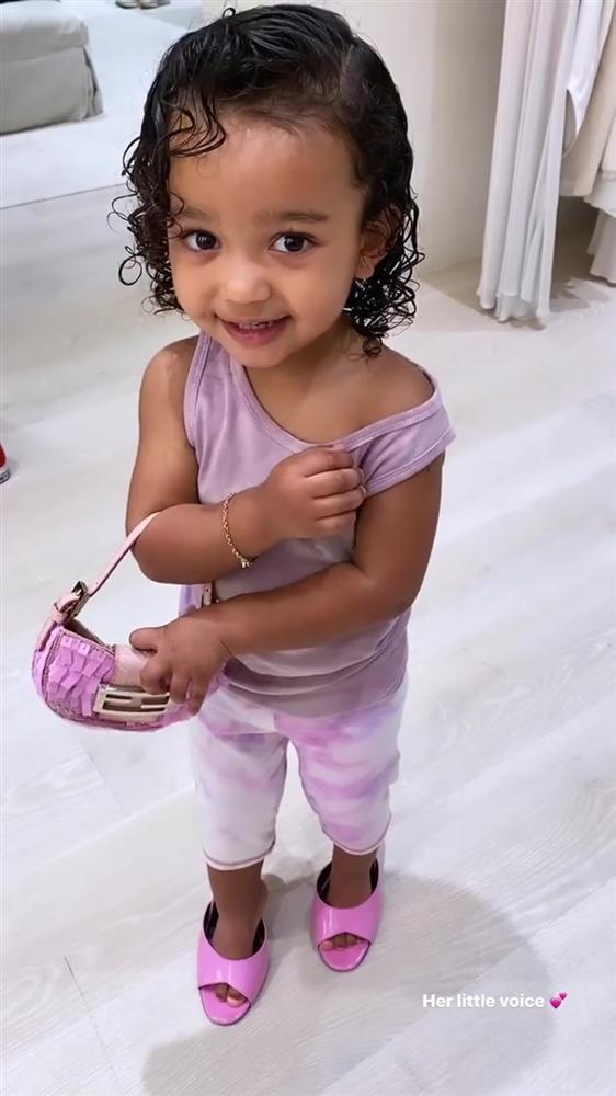 Cho con gái 2 tuổi xách túi Fendi, đi giày cao gót cực sành điệu, Kim Kardashian không ngớt lời khen con trông quá đáng yêu-2