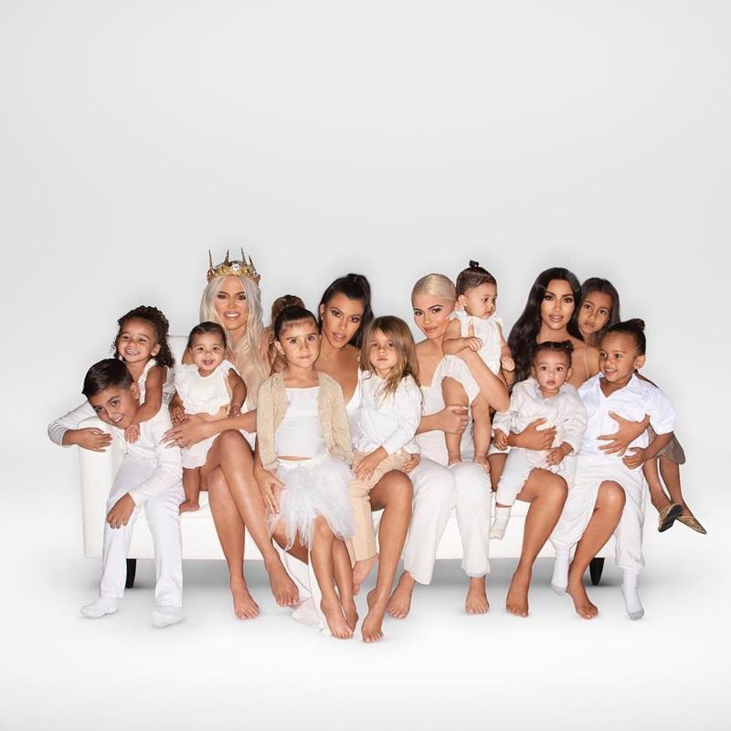 Cho con gái 2 tuổi xách túi Fendi, đi giày cao gót cực sành điệu, Kim Kardashian không ngớt lời khen con trông quá đáng yêu-4