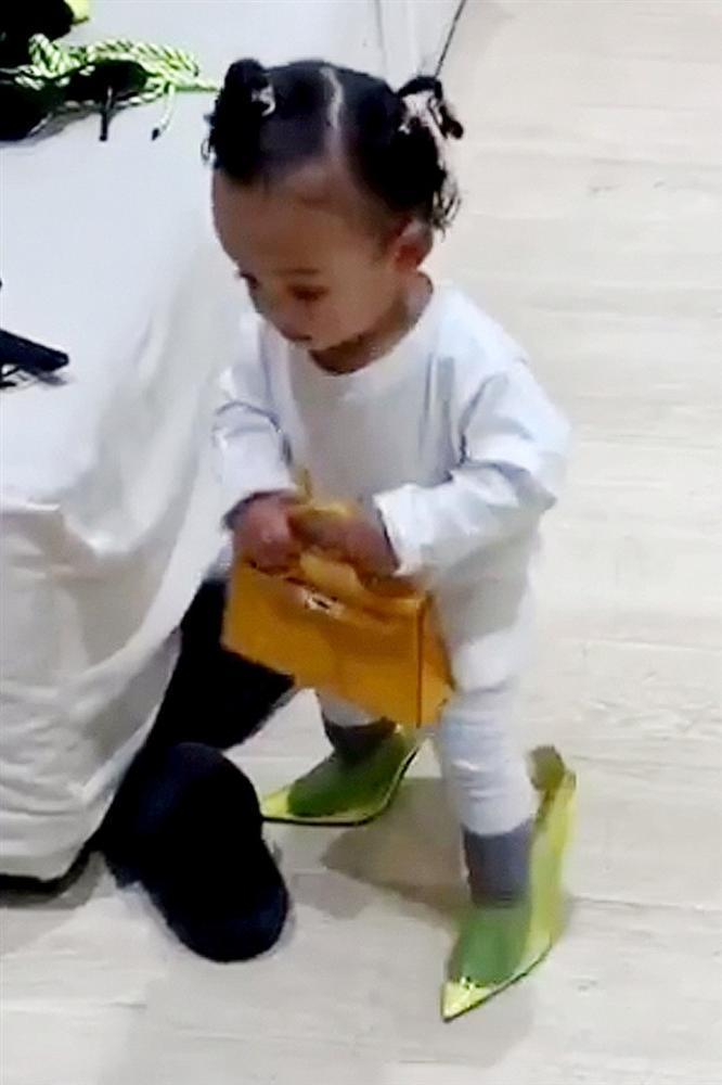 Cho con gái 2 tuổi xách túi Fendi, đi giày cao gót cực sành điệu, Kim Kardashian không ngớt lời khen con trông quá đáng yêu-5