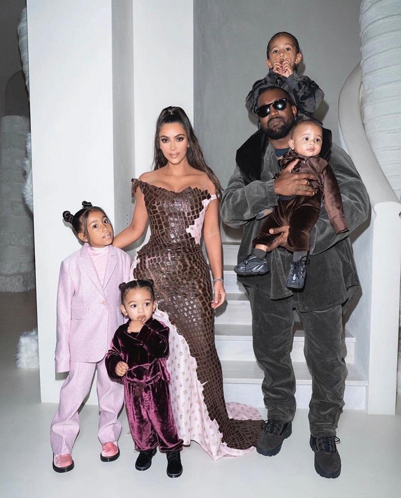 Cho con gái 2 tuổi xách túi Fendi, đi giày cao gót cực sành điệu, Kim Kardashian không ngớt lời khen con trông quá đáng yêu-6