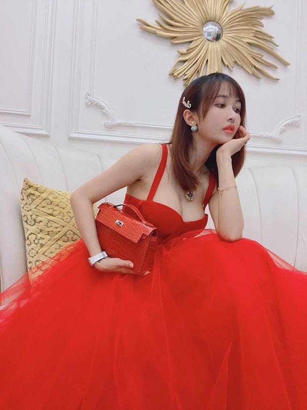 Do chọn sai váy áo nên vợ đại gia Minh Nhựa để lộ vòng 1 trồi sụt bất thường?-2