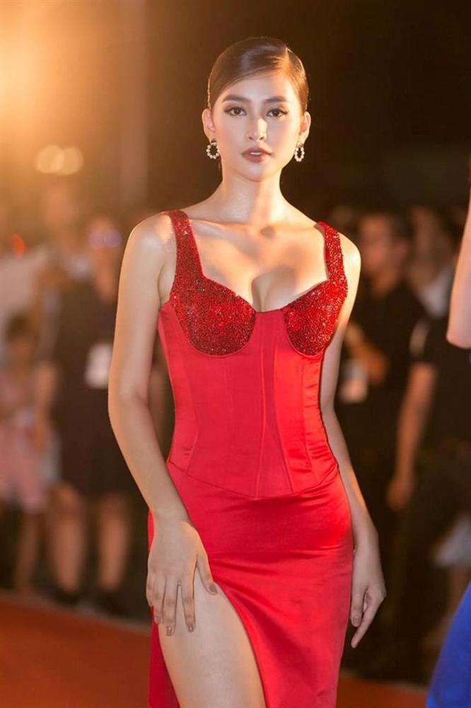 Do chọn sai váy áo nên vợ đại gia Minh Nhựa để lộ vòng 1 trồi sụt bất thường?-5