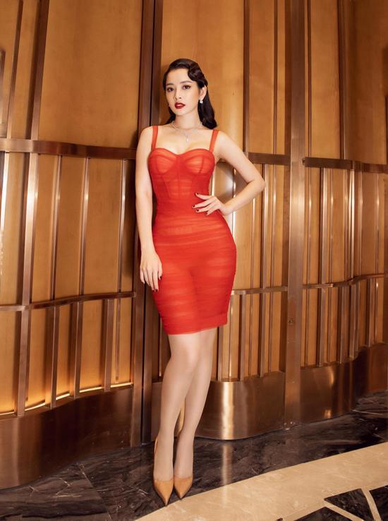 Do chọn sai váy áo nên vợ đại gia Minh Nhựa để lộ vòng 1 trồi sụt bất thường?-7