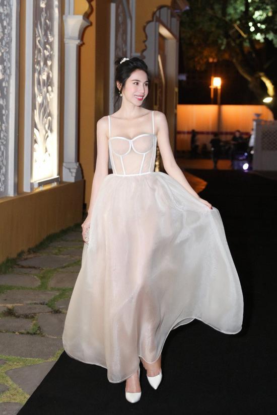 Do chọn sai váy áo nên vợ đại gia Minh Nhựa để lộ vòng 1 trồi sụt bất thường?-8