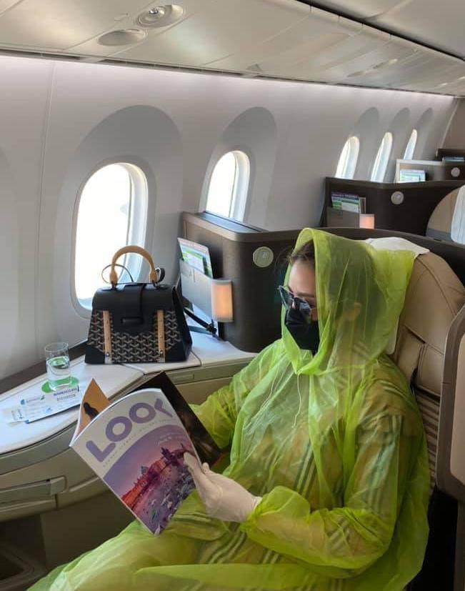 Ra phố mùa dịch: Phạm Băng Băng bịt kín mặt, mỹ nhân Việt mặc hẳn áo mưa lên máy bay-1