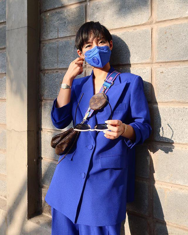 Ra phố mùa dịch: Phạm Băng Băng bịt kín mặt, mỹ nhân Việt mặc hẳn áo mưa lên máy bay-3
