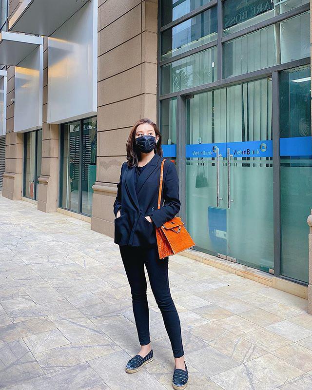 Ra phố mùa dịch: Phạm Băng Băng bịt kín mặt, mỹ nhân Việt mặc hẳn áo mưa lên máy bay-6
