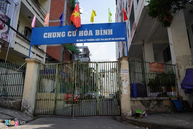 Phong tỏa chung cư Hòa Bình, nơi bệnh nhân thứ 48 sinh sống-1