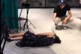 Nhà hàng Singapore bị ném đá khi bỏ mặc người ngất xỉu-1
