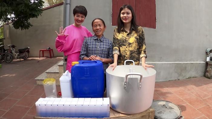 Làm 100 lít nước rửa tay khô phát miễn phí cho mọi người, Bà Tân Vlog được khen tới tấp-1