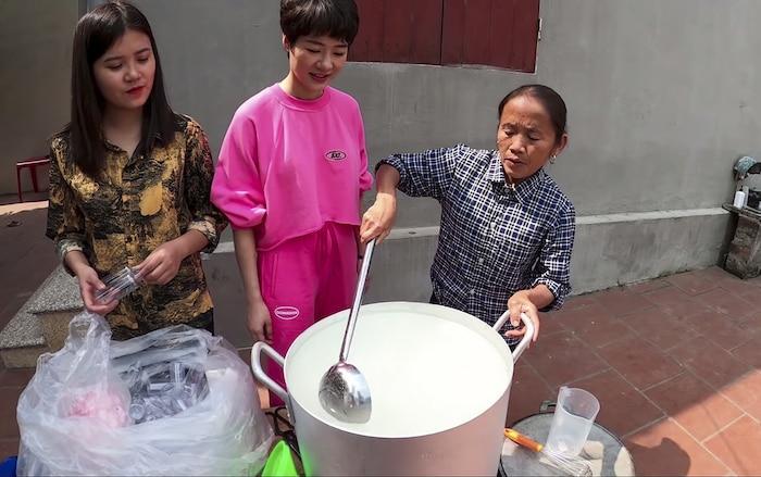 Làm 100 lít nước rửa tay khô phát miễn phí cho mọi người, Bà Tân Vlog được khen tới tấp-2