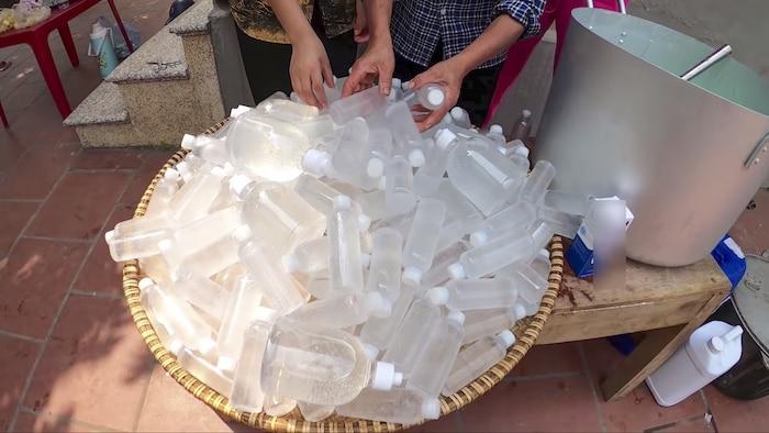 Làm 100 lít nước rửa tay khô phát miễn phí cho mọi người, Bà Tân Vlog được khen tới tấp-4