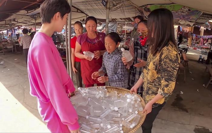 Làm 100 lít nước rửa tay khô phát miễn phí cho mọi người, Bà Tân Vlog được khen tới tấp-5