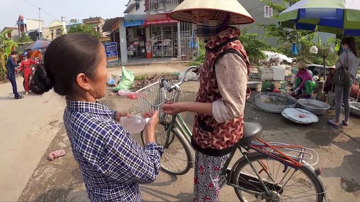 Làm 100 lít nước rửa tay khô phát miễn phí cho mọi người, Bà Tân Vlog được khen tới tấp-6