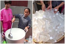Làm 100 lít nước rửa tay khô phát miễn phí cho mọi người, Bà Tân Vlog được khen tới tấp
