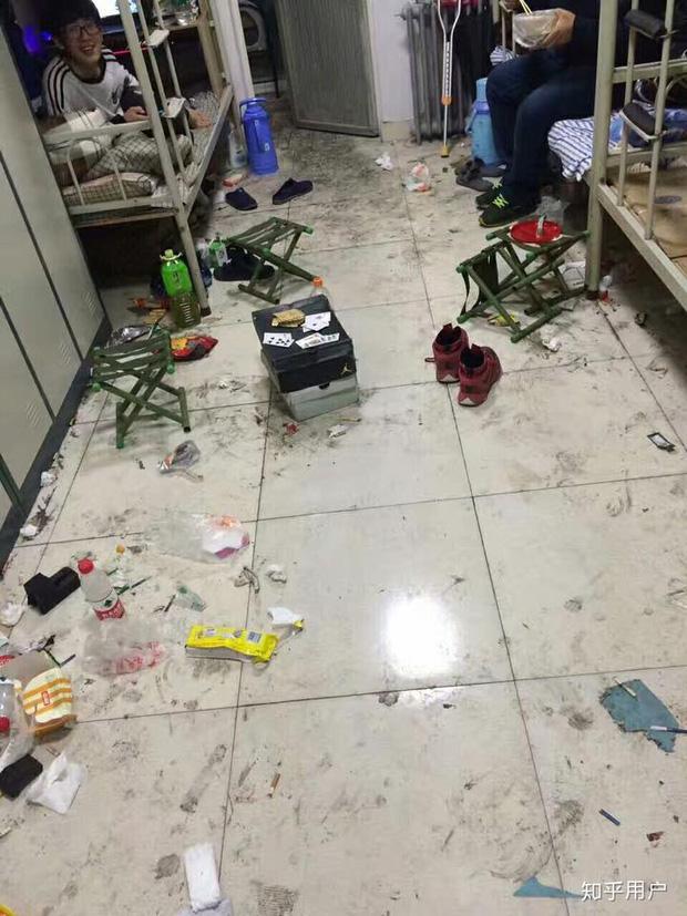 Thảm cảnh bạn cùng phòng ở bẩn đã lên một level mới, dân tình khuyên nên ra bãi rác luôn cho đỡ tốn tiền thuê phòng-3