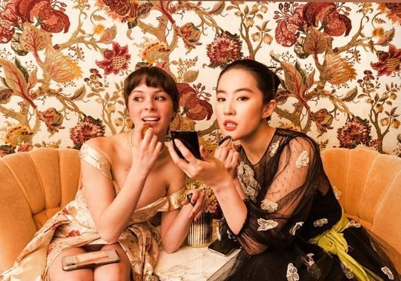 Lưu Diệc Phi xúng xính váy áo dự tiệc ở khách sạn hạng sang nhưng lại bị nhân vật sở hữu body xôi thịt lấn át-2