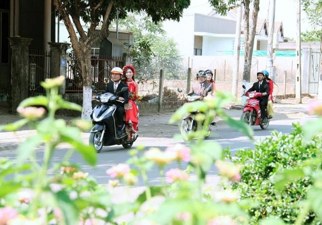 Cô dâu, chú rể Kon Tum hoãn cưới, rước dâu bằng xe máy để tránh dịch-3