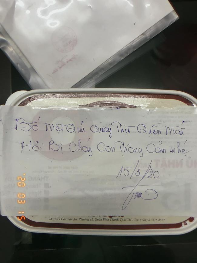 Bố chuẩn bị thịt quay cho con nhưng cộng đồng mạng lại rưng rưng vì lời nhắn ghi trên giấy-2