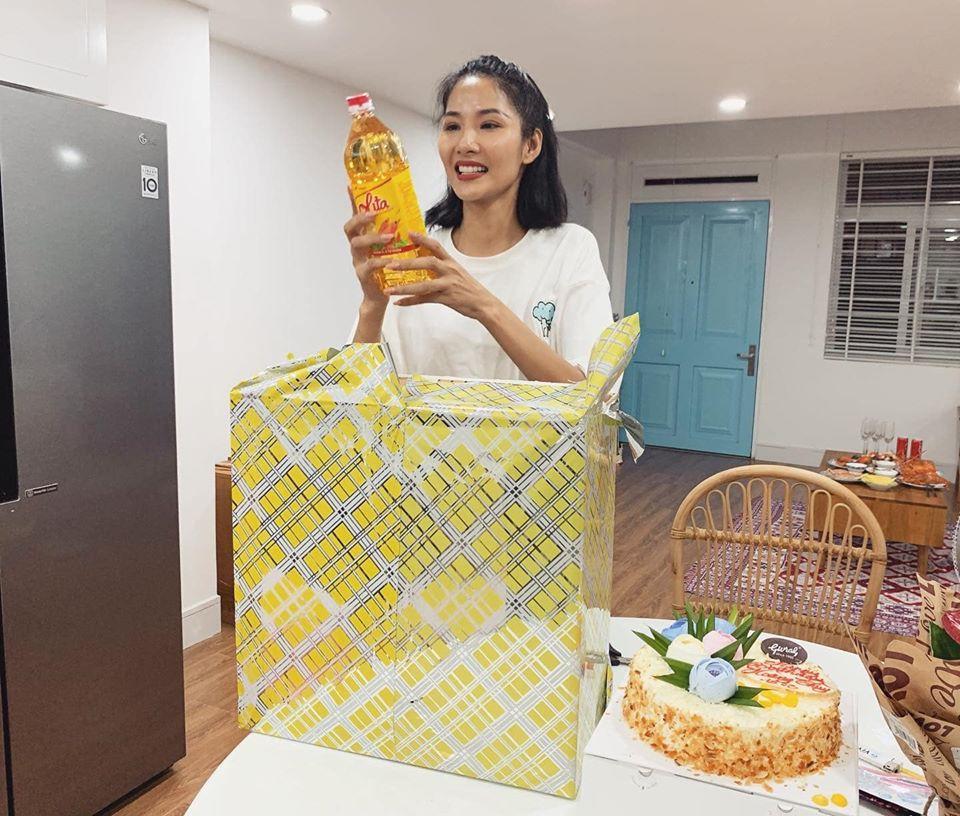 Sinh nhật giữa mùa dịch, Hoàng Thùy không ngờ được tặng dưa chuột và dầu ăn-2