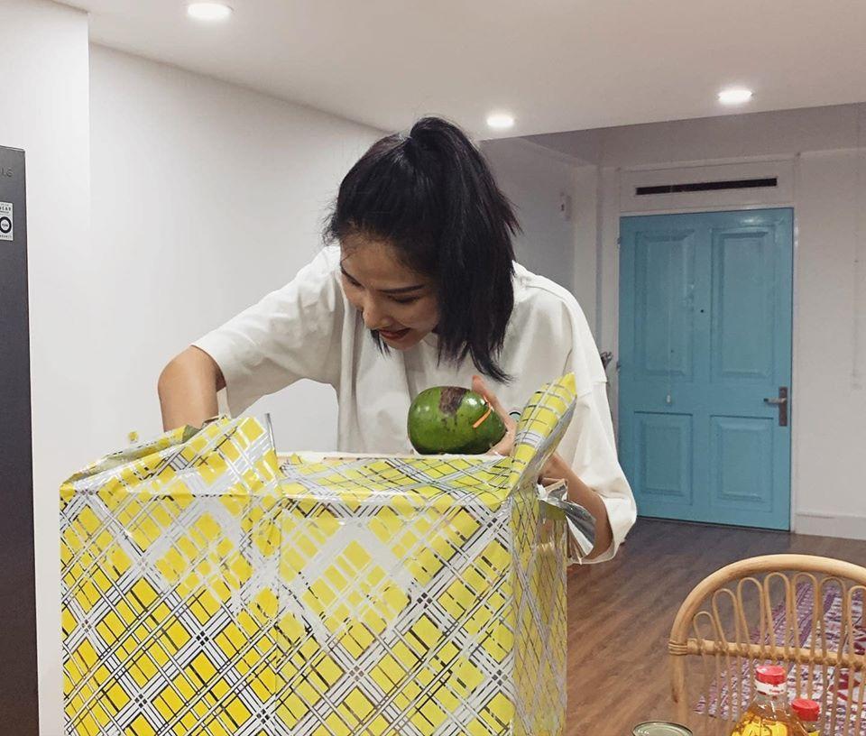 Sinh nhật giữa mùa dịch, Hoàng Thùy không ngờ được tặng dưa chuột và dầu ăn-7