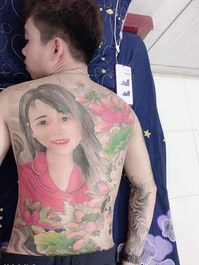 Chàng trai Thanh Hóa làm hội chị em phát cuồng khi chịu đau 24 tiếng xăm hình vợ kín lưng-1