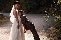 Bộ ảnh 'chàng mặc váy cưới, nàng mặc vest' hoán đổi thân phận sốt mạng xã hội