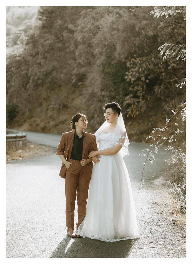 Bộ ảnh chàng mặc váy cưới, nàng mặc vest hoán đổi thân phận sốt mạng xã hội-1