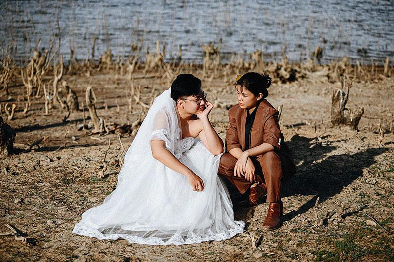 Bộ ảnh chàng mặc váy cưới, nàng mặc vest hoán đổi thân phận sốt mạng xã hội-2