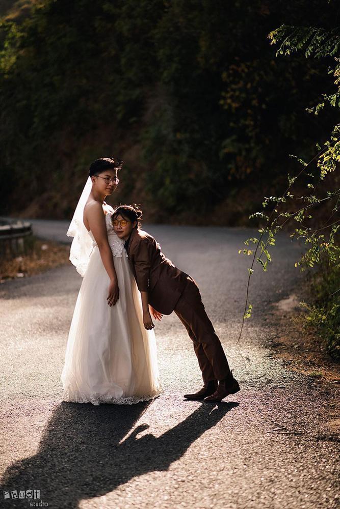 Bộ ảnh chàng mặc váy cưới, nàng mặc vest hoán đổi thân phận sốt mạng xã hội-6