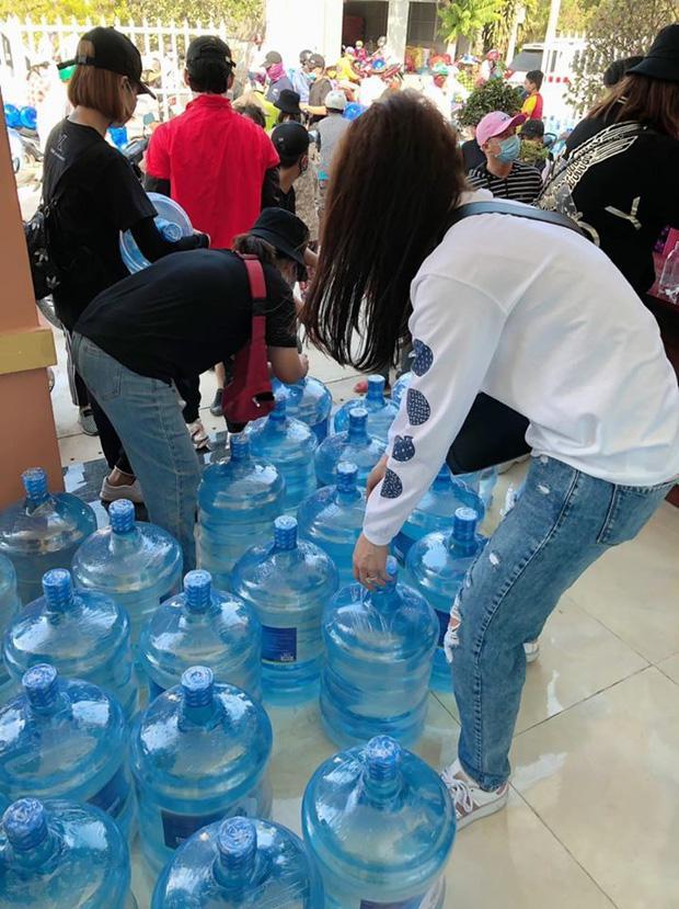 Hari Won trao 1.610 bình nước cho người dân miền Tây giữa hạn mặn khốc liệt-2