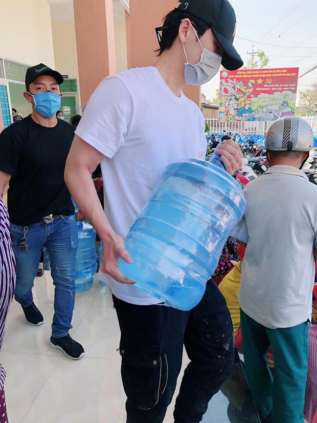 Hari Won trao 1.610 bình nước cho người dân miền Tây giữa hạn mặn khốc liệt-3