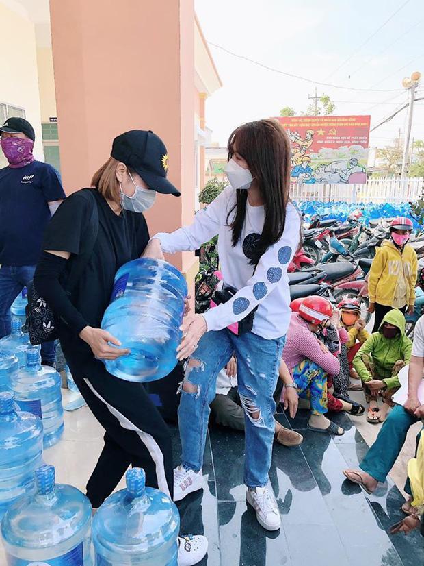 Hari Won trao 1.610 bình nước cho người dân miền Tây giữa hạn mặn khốc liệt-4