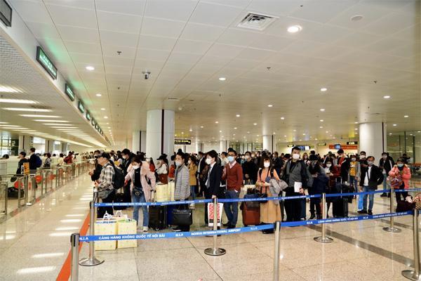 Clip: Nữ hành khách quát tháo ầm ĩ, dọa nạt an ninh sân bay Nội Bài, đòi về nhà cách ly mới chịu!-3