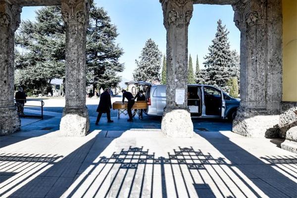 Italy thời Covid-19: Đóng cửa nghĩa trang, thi hài xếp hàng chờ hoả táng-1