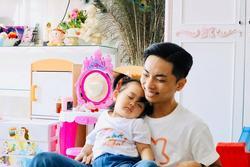 Khi vợ vắng nhà, Phan Hiển chật vật chăm con, 'tố' con gái khó tính và bừa bộn giống mẹ