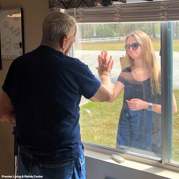 Khoảnh khắc cháu gái hạnh phúc khoe nhẫn đính hôn với ông ngoại qua cửa kính gây sốt MXH-1