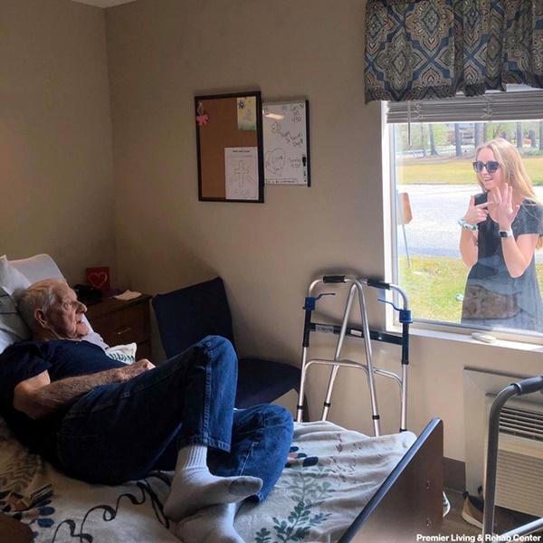 Khoảnh khắc cháu gái hạnh phúc khoe nhẫn đính hôn với ông ngoại qua cửa kính gây sốt MXH-2