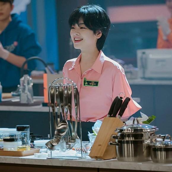 Lần hiếm hoi diện trang phục táo bạo, khoe vòng 1 lấp ló, bộ ảnh nữ đầu bếp chuyển giới của Tầng lớp Iteawon gây sốt-4