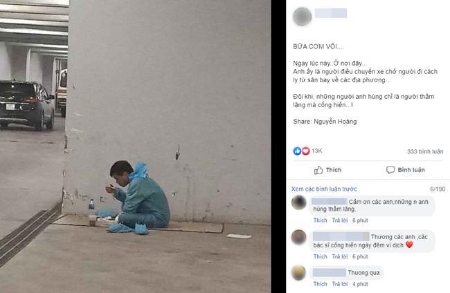 VZN News: Người đàn ông mặc đồ bảo hộ, ăn vội cơm trưa bên đường trước khi chuyển người đi cách ly-1