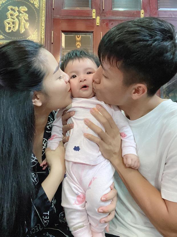 Giải nghỉ vì Covid-19, hội ông bố bỉm sữa tuyển Việt Nam ở nhà chăm con cực khéo-2