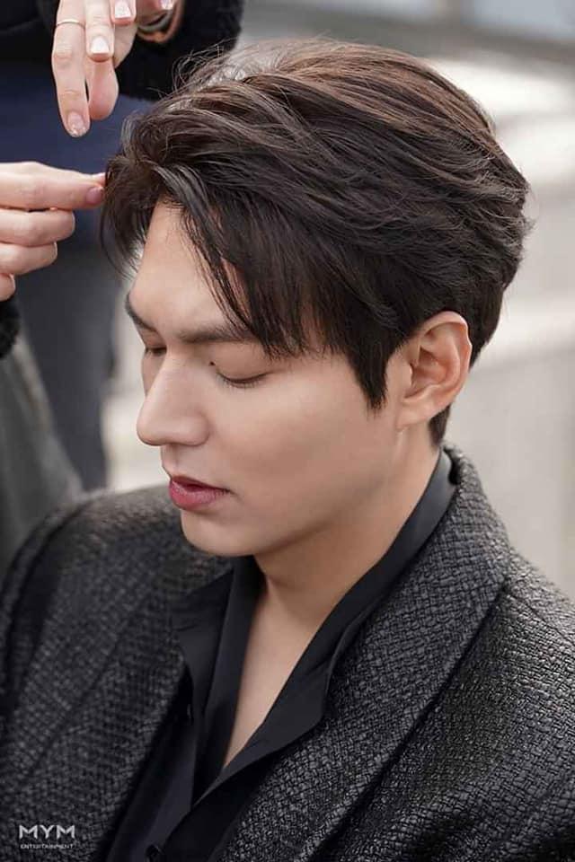 Lee Min Ho đốn tim fan với loạt ảnh chụp vu vơ ở hậu trường phim mới-1