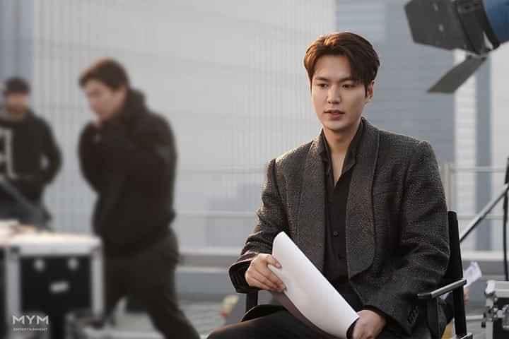 Lee Min Ho đốn tim fan với loạt ảnh chụp vu vơ ở hậu trường phim mới-2