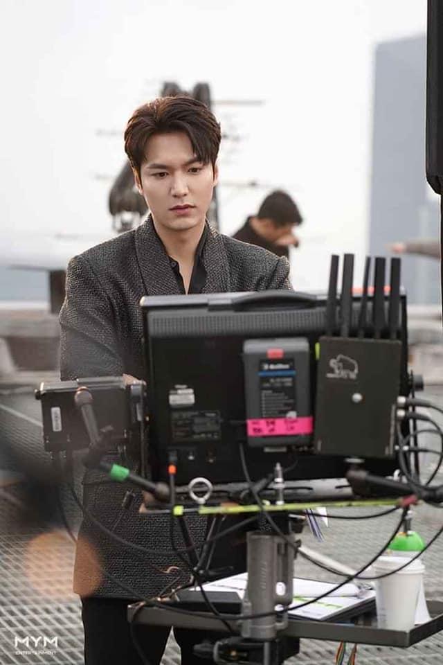 Lee Min Ho đốn tim fan với loạt ảnh chụp vu vơ ở hậu trường phim mới-3